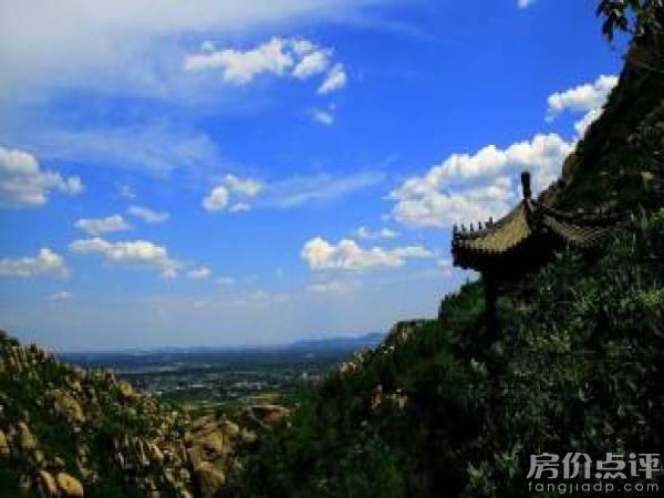 同时项目向西就是凤凰岭旅游区,周边森林覆盖率较高.